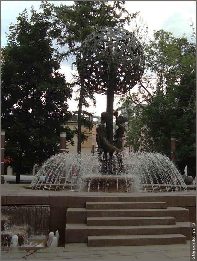 """За последние годы на Пятницкой улице - построили фонтан """"Адам и Ева"""", поставили симпатичные фонари...,"""