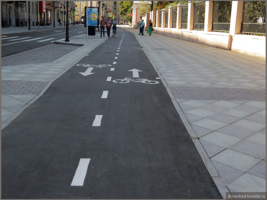 Выделили велосипедные дорожки. Хорошо, конечно - просто Европа... Кстати, говорят, что скоро вдоль всей улицы расставят урны и лавочки.