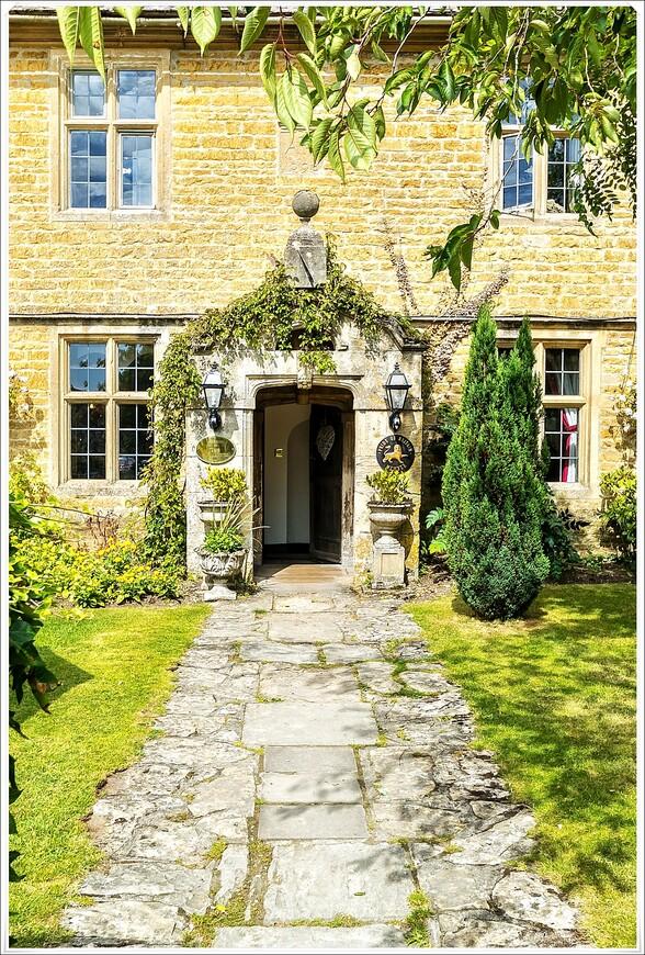 Очень гостеприимно выглядит такой вход в дом.