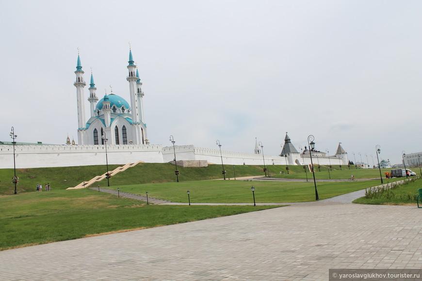 Вид на Кремль с площади Тысячелетия.