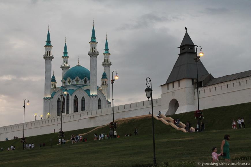 Мечеть Кул Шариф и Преображенская башня вечером.