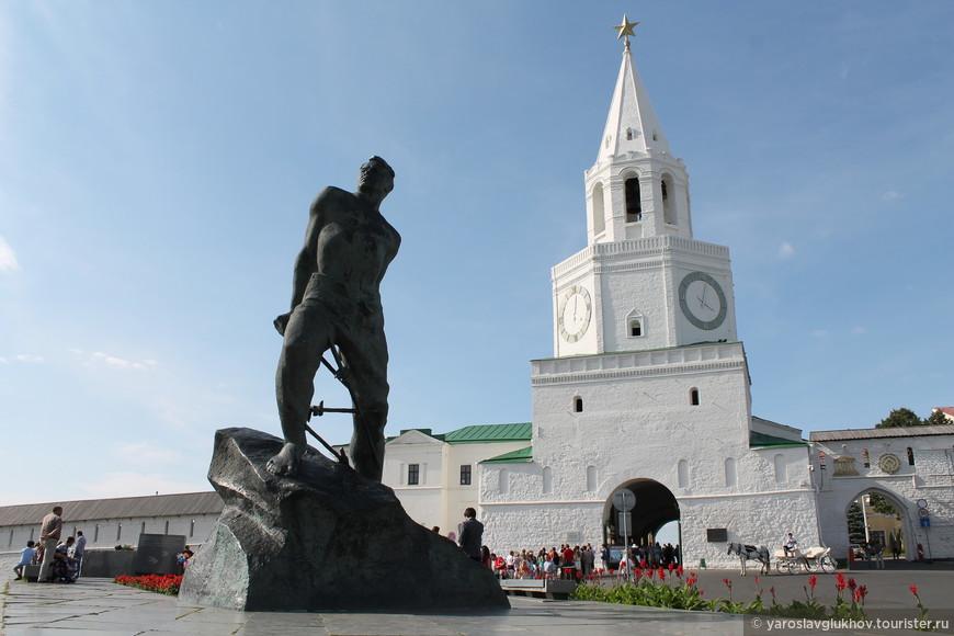 Памятник Мусе Джалилю и Спасская башня.