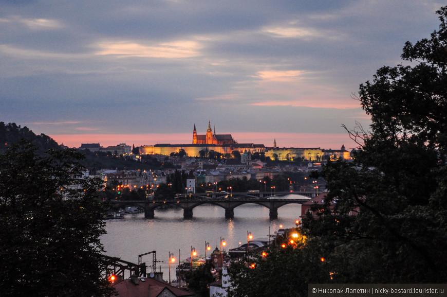 Вид на вечернюю Прагу со стен Вышеграда - подсвеченный собор св. Вита и Пражский град видны практически с любой точки города.