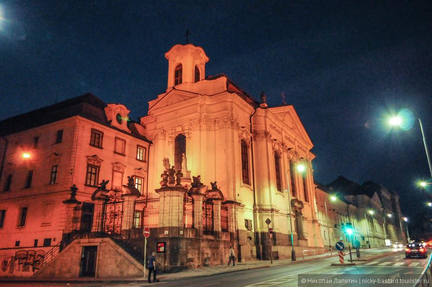 Ночью большая часть исторических зданий Праги подсвечивается, что создает безумную атмосферу ночного города - завораживающую и загадочную.
