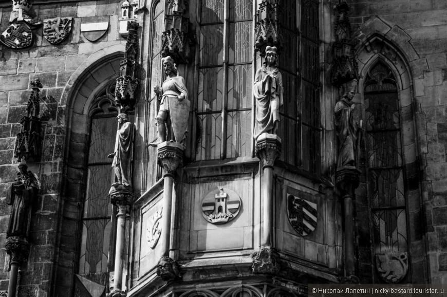 Архитектурные элементы в Праге - предмет отдельного разговора и многочасовых восхищенных обсуждений. Можно часами рассматривать готические и классические здания и соборы.