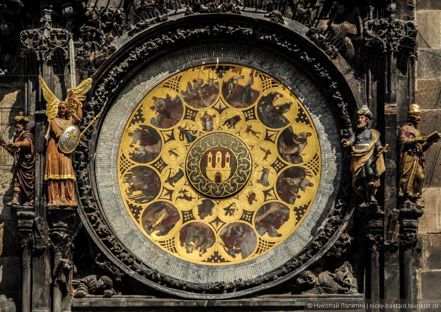 """Знаменитые астрономические часы - еще один """"магнит"""" для туристов. Ежечасно здесь собирается настоящая толпа, чтобы посмотреть на то, как работает средневековый механизм и устраивается маленькое представление с движущимися фигурками и боем курантов. Количество собирающихся непостижимо непропорционально обыденности увиденного."""