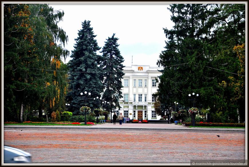 В Чернигове есть собственная Красная площадь, которая служит современным центром города еще с начала 19-го века. Местность эту когда-то называли Пятницким полем, и принадлежала она женскому монастырю.