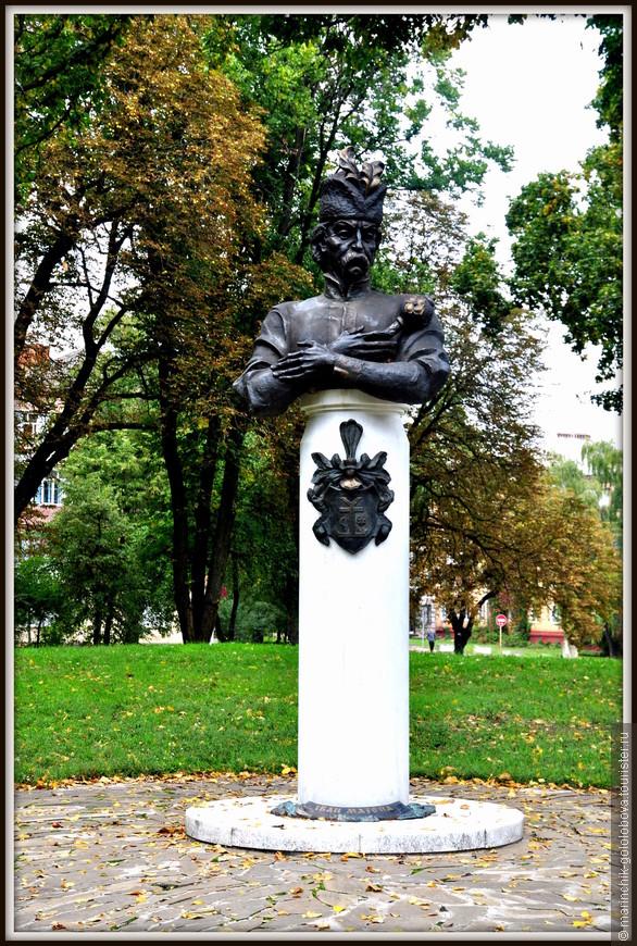 На против Черниговского коллегиума есть памятник Ивану Мазепе