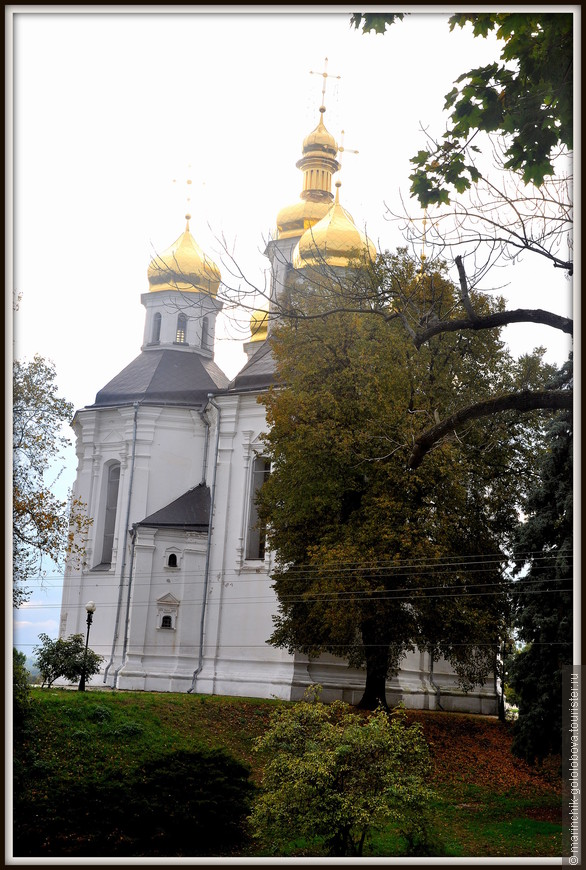 Екатерининская церковь — г. Чернигов Церковь построена в 1715 году и освящена в честь святой Екатерины. Она является национальным памятником архитектуры как один из наиболее сохранившихся образцов каменной украинской архитектуры XVII—XVIII веков.