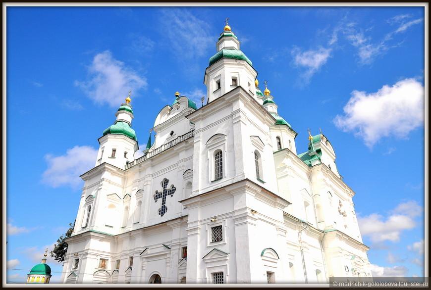 Троицкий собор был заложен в 1679 г. известным церковным и политическим деятелем XVII в. — архиепископом Лазарем Барановичем, а освящен в 1695 г. святителем Феодосием Углицким, и является главным храмом Троице-Ильинского монастыря.