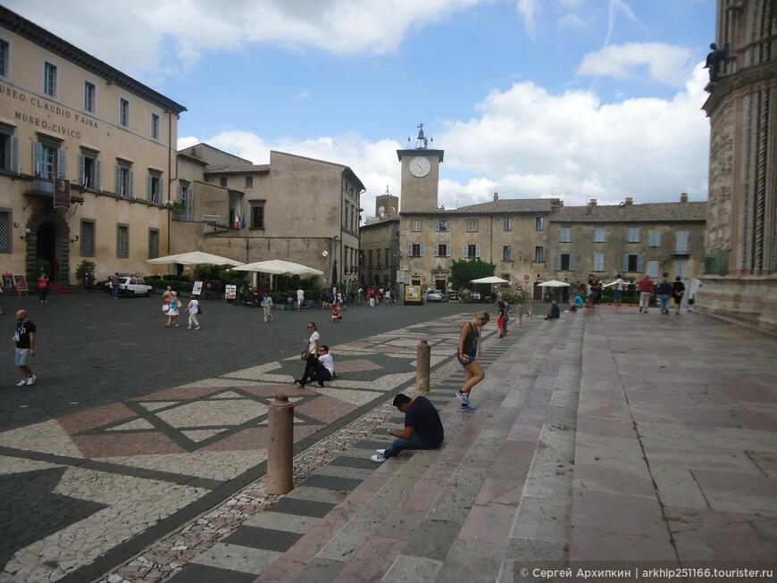Площадь перед собором - напротив собора расположен особняк, в котором находятся сразу два музея Орвието