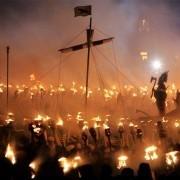 «Огненные викинги» встречают туристов на Шетлендских островах
