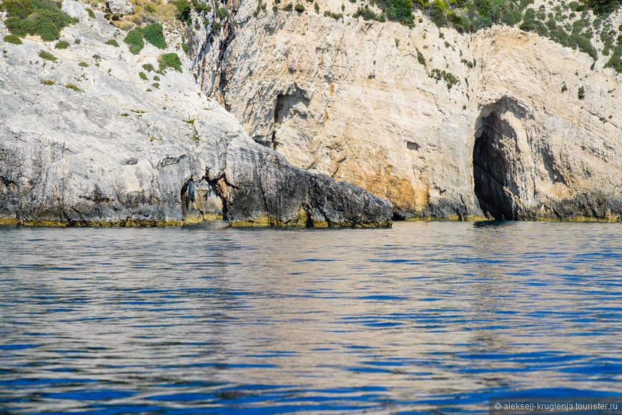 Небольшие береговые пещерки начинаются за первым же поворотом.