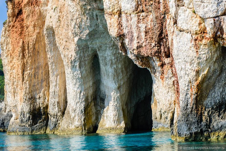 Огибаем Голубые пещеры, остановимся здесь на обратном пути
