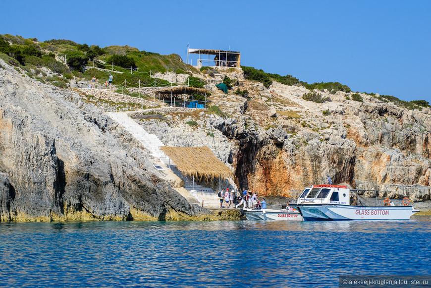 Лодки со стеклянным дном, которые возят туристов.