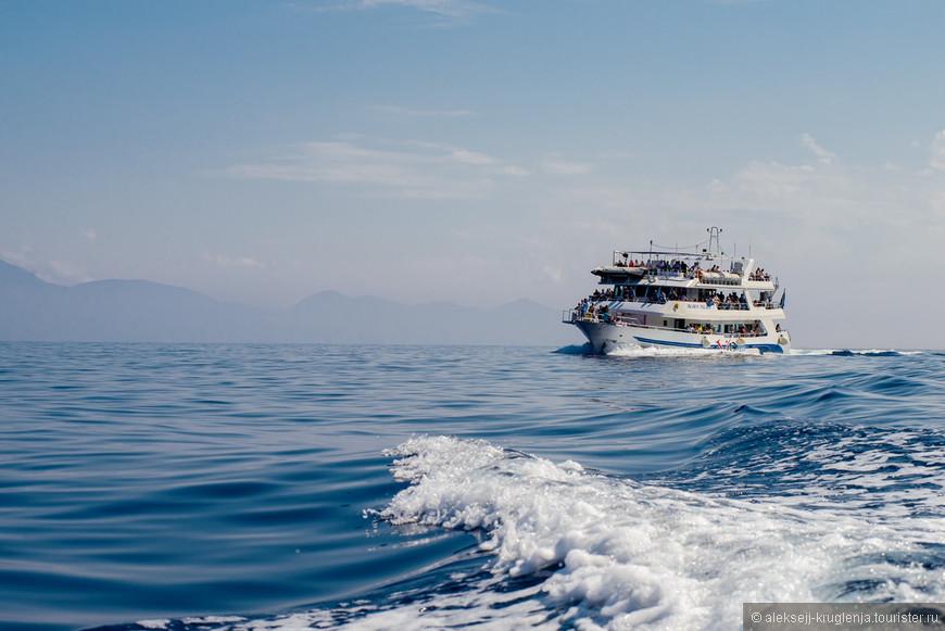 На таких кораблях можно отправиться на недорогую экскурсию вдоль острова длинною в 8 часов. Палубы под завязку забиты людьми.