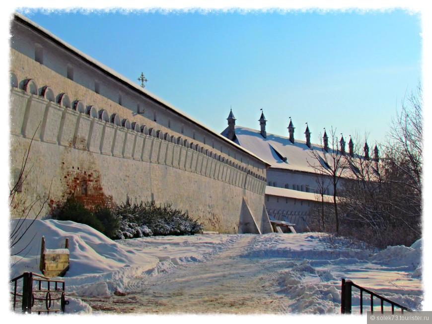 Стены монастыря.  Реконструкции видимо не было очень давно.....
