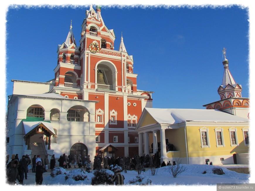 Так как в этот день был  православный праздник Крещение Господне, монастырь посетило очень много народа. Очередь за святой водой .