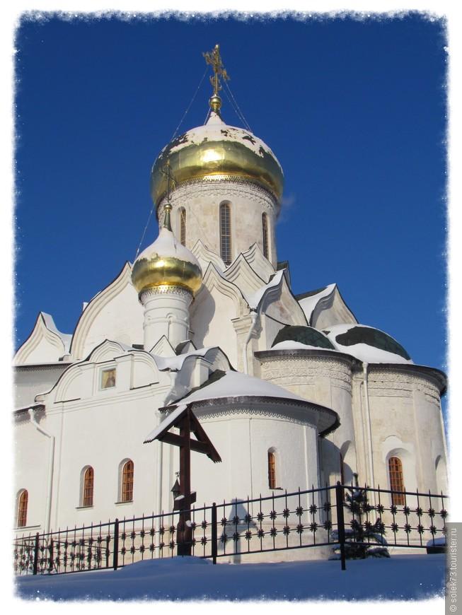 У входа в  собор  (по современному летоисчислению — 1406/1407 год) был погребен преподобный Савва.