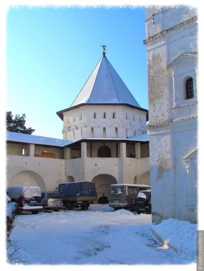 Водовозная башня и Братский корпус.