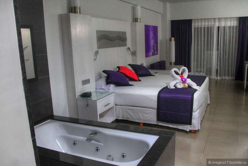 Номера отеля все имеют вид на море. Дизайн номера вызывает некоторое удивление, но комфортному отдыху не мешает.