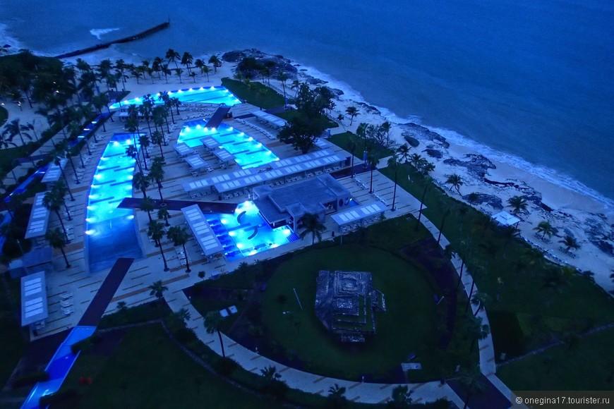 Территория отеля - бассейны и пляж.