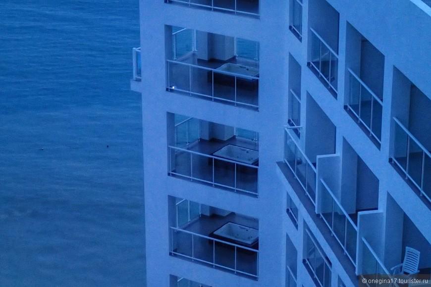 В самых дорогих номерах есть джакузи на балконе. Купающихся в них я не заметила ни разу.