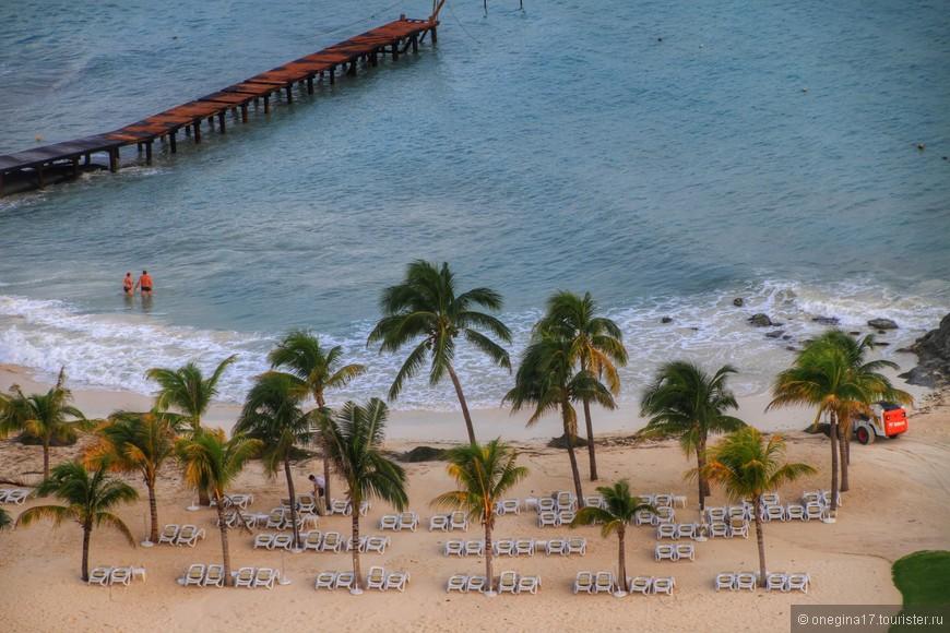Свой пляж с лежаками и зонтиками. Очень удобный вход в море.
