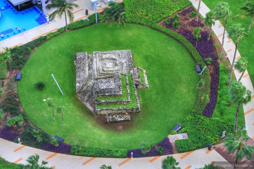 Почти вся Мексика стоит на пирамидах. И территория отеля не исключение. При строительстве отеля была обнаружена пирамида. Ее решили сохранить для туристов.