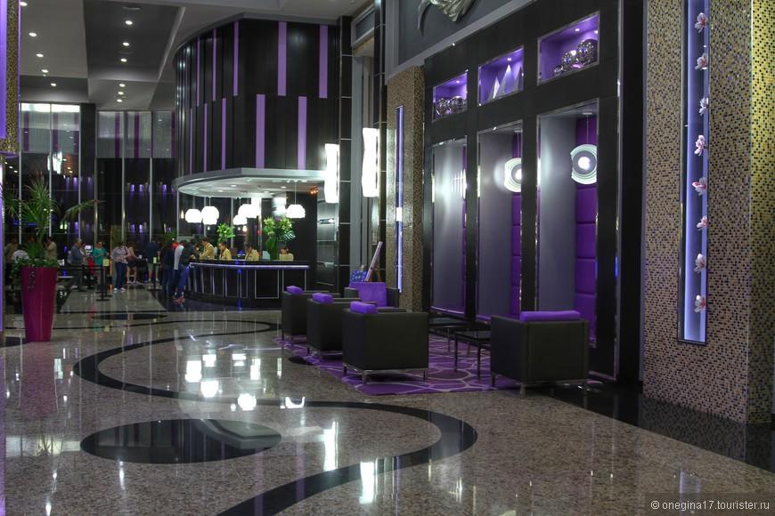Холл отеля. Все выдержано в лиловых и фиолетовых тонах.
