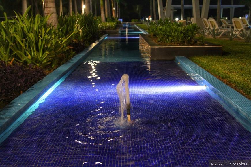 Территория отеля соединена неглубокими дорожками с водой и фонтанчиками.