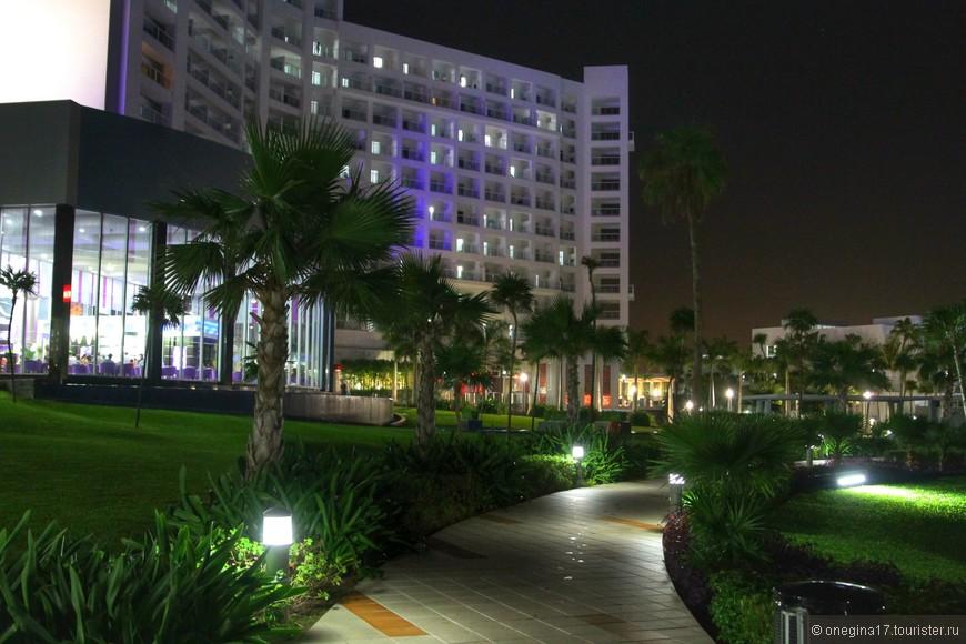 Снаружи отель тоже подсвечен фиолетовым.