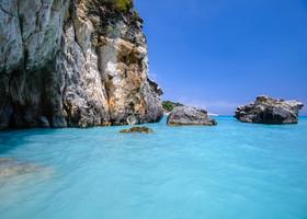 Прибрежная пещерка, в нее можно заплыть, только внутри очень тесно.