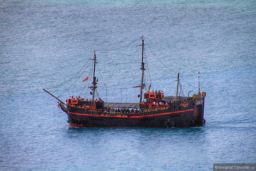 Пиратские корабли бороздят морские дали. Желающие могут отправится на увлекательную прогулку.