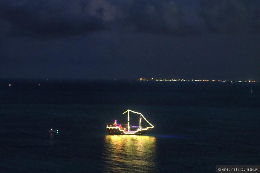 В ночи пиратские бриги сияли огнями, палили из пушек и запускали фейерверки.