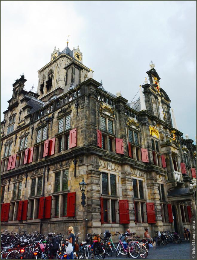 Городская Ратуша построена в стиле Ренессанс.