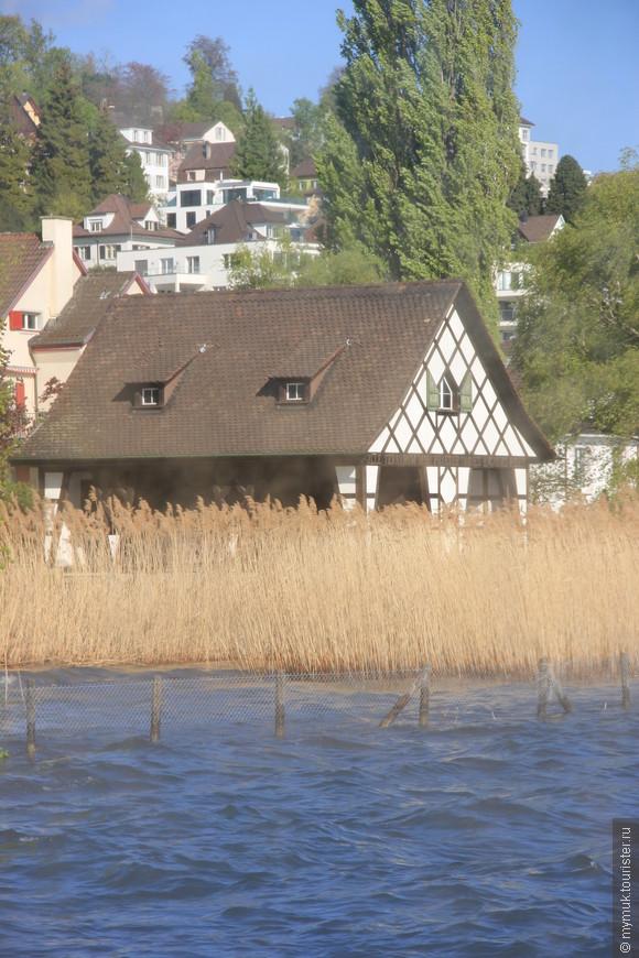 домик утопает не в воде, а в колосьях
