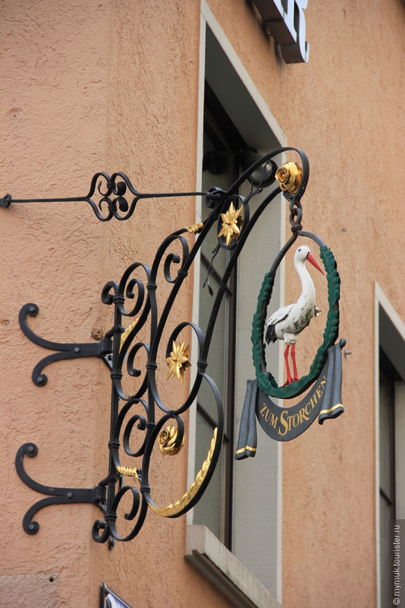 """В историческом центре сохраняются традиции, в том числе и торговля ведется на """"старинный манер"""" - везде красиво оформленные витрины, традиционные кованные вывески"""