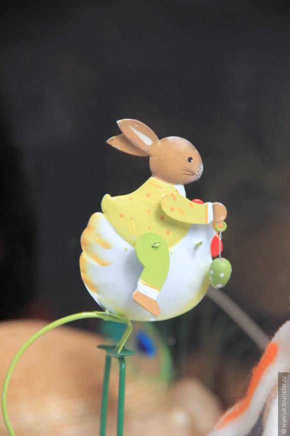 Так как дело было перед Пасхой нас везде преследовали зайцы - катающиеся на качелях-курицах,