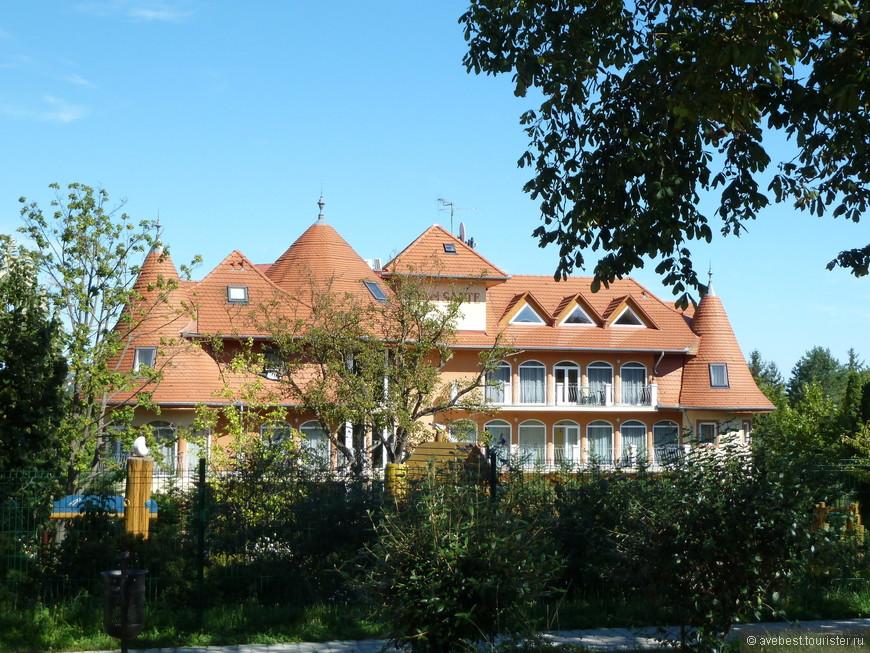 """В городе нет многоэтажной застройки за исключением отеля """"Панорама"""" оставшегося с советских времён."""
