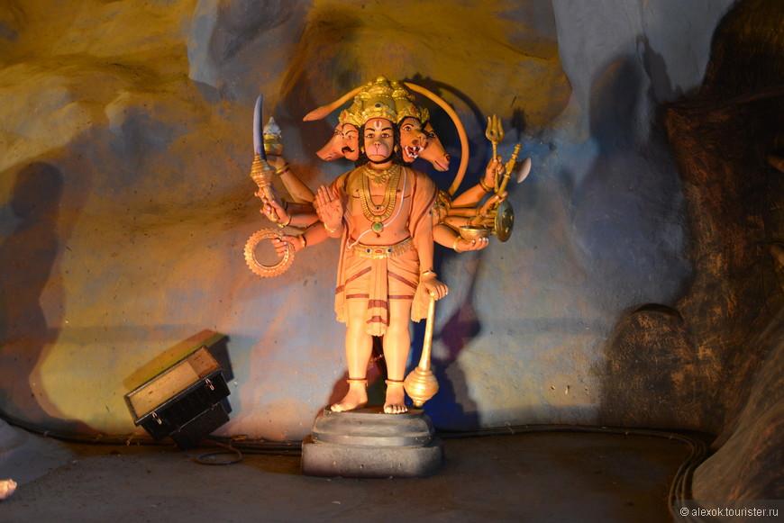 Пещеры Бату были созданы природой более 400 млн лет назад. В XIX столетии один торговец из Индии построил в этом укромном месте храм богу Муруга. Ныне 43-метровая статуя этого бога находится возле лестницы к пещерам, но это уже более современное сооружение, которое, впрочем, возводили и украшали золотой краской 30 мастеров на протяжении трёх лет.  С 1892 года пещеры стали ежегодным местом проведения тамильского фестиваля (Таипусам). А в 1920 году была построена лестница из 272-х ступенек к основной пещере. В путеводителях часто не советуют посещать пещеры Бату в январе из-за наплыва паломников.