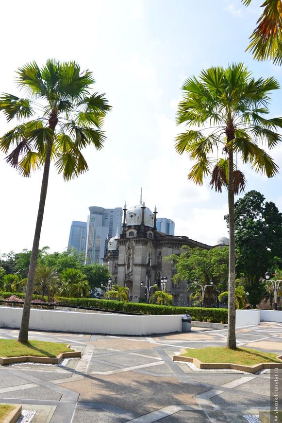 Старый железнодорожный вокзал (Куала-Лумпур) – памятник архитектуры колониальной эпохи. Его здание было возведено в 1910 году английским архитектором Артуром Бенисоном Хаббэком, построившим также немало других сооружений в малазийской столице. Зодчий спроектировал вокзал в мавританском стиле, столь любимом в Малайзии, поэтому комплекс сооружений получился нарядным и торжественным. Сверху здания увенчали шпили и купола, а фасады украсили многочисленные арки.