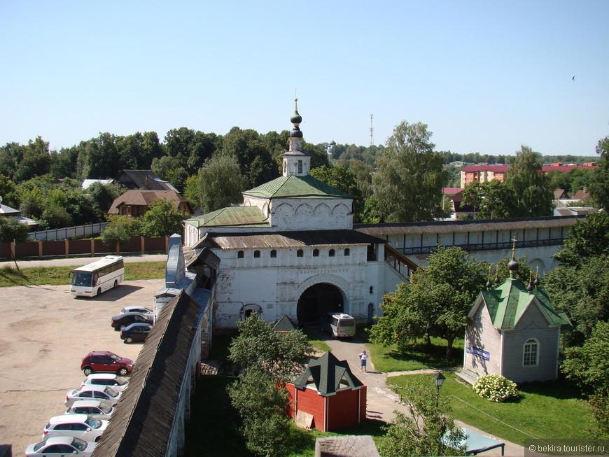 Проездные ворота с Никольской надвратной церковью в Горицком монастыре.