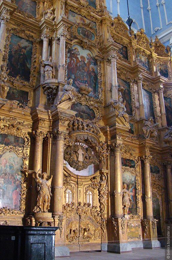 Обращает на себя внимание барочная лепнина его интерьера. Иконостас Успенского собора, датируемый 1759 годом, принадлежит к числу лучших барочных иконостасов Центральной России.