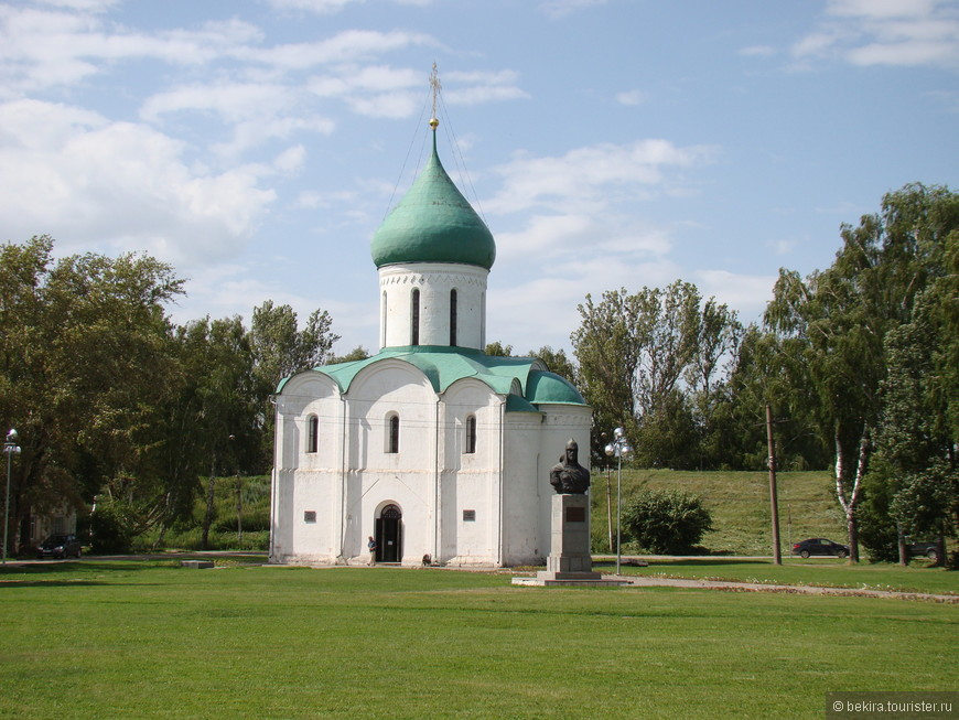 Красная площадь (бывшая Соборная) с городскими валами, Спасо-Преображенским собором XII века.