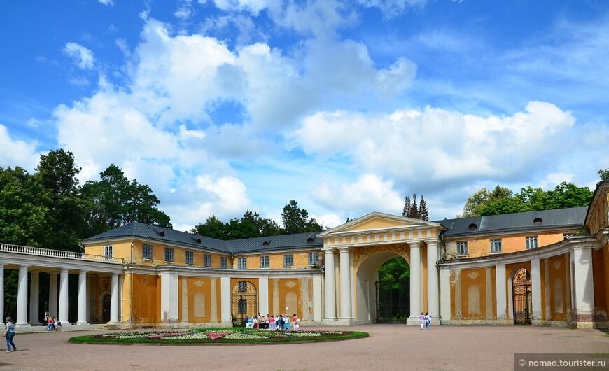 Большой дворец.  Высокая арка с ажурной чугунной решеткой и парадный двор вели к Дворцу. Белокаменные колоннады соединяют дворец с флигелями. Над вторым этажом выстроен бельведер.