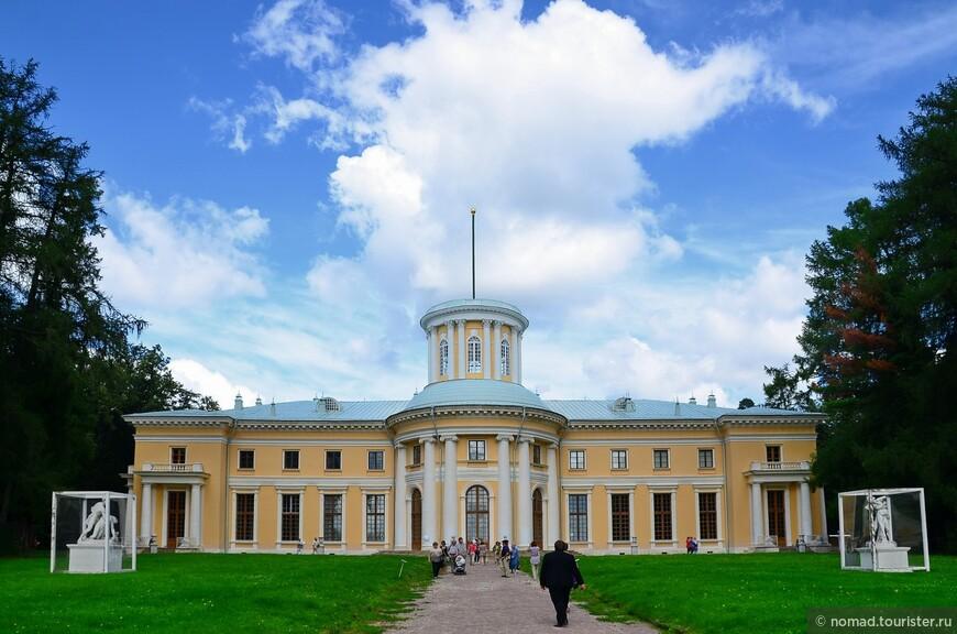 Большой Дворец - вид сто стороны парка.