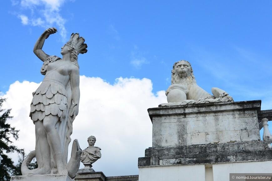 Дворцово-парковый ансамбль.  Высокая подпорная стена Нижней террасы украшена ажурной балюстрадой с 44 мраморными бюстами античных героев, философов, императоров и полководцев – Демокрита, Цезаря, Августа, Нерона…