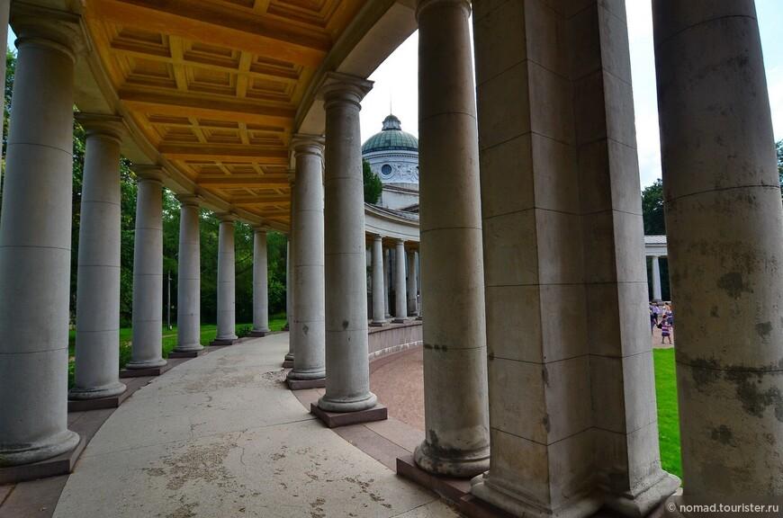 Храм-усыпальница Юсуповых («Колоннада») (1909—1916). Украшением сооружения являлся высокий 8-колонный портик в центре, а также 2 сквозные колоннады по бокам, из-за которых здание получило свое второе, более точное название – Колоннада.