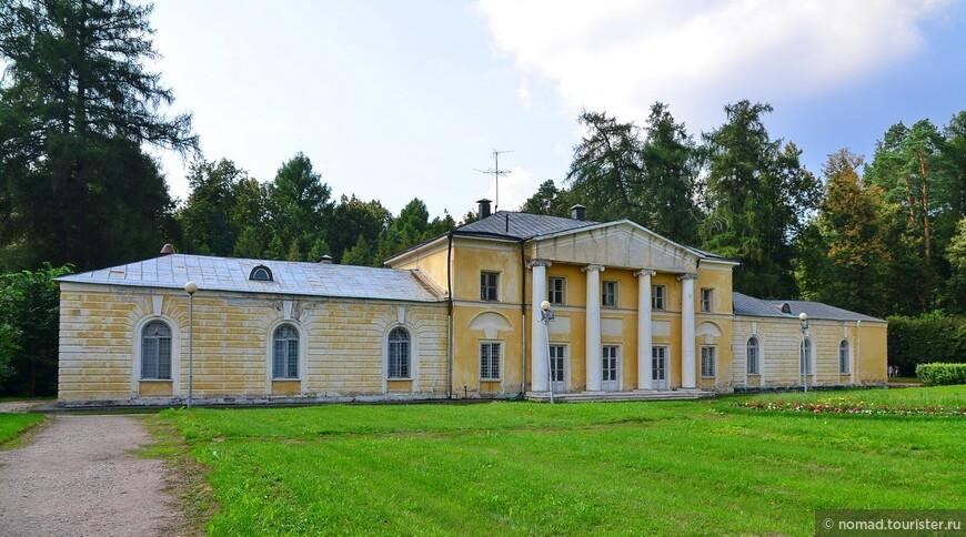 """дворец «Каприз».  Построен в конце XVIII в., первоначально был отдельным парковым павильоном. Сперва это было одноэтажное строение. В 1818 - 1819 годах над центральной частью здания был надстроен еще один этаж. Комнаты """"Каприза"""" были роскошно декорированы, здесь висело много картин. В 1830-х годах этот уединенный дворец был превращен в обычные жилые помещения. Перед """"Капризом"""" и примыкающей к нему под прямым углом Библиотекой находилось 35 скульптур, а также вазы, бюсты. В центре цветочного сада можно было видеть мраморную статую Купидона, вырезающего лук из палицы Геракла, копию работы XVIII в. французского скульптора Э. Бушардона. В 1840-х годах скульптуры вокруг «Каприза» переместили на верхнюю террасу."""